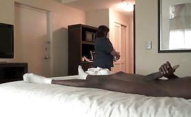 خادمة الفندق القديمة ترضي قضيبي الأسود الكبير