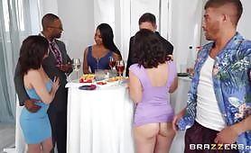 În timpul unei petreceri, bărbatul este extrem de sedus de o curvă brunetă cu o rochie albastră, în timp ce ea nu vrea să piardă timpul, îi apucă pula uriașă și o suge. Curva își face rupt curul într-un sex anal dur și sălbatic, cu gemete puternice.