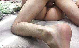 Házi készítésű pornó slutty tini mélyen behatolt a nedves puncijába