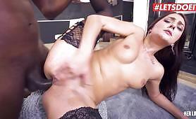 A cseh barna pornósztár, Katy Rose, fekete fasz által szar a seggbe