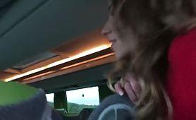 Blonďatá děvka Angel Emily je v autobuse tvrdě v prdeli