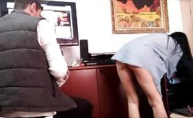 Barna menyecske meztelen fenekével próbálja elcsábítani az informatikust