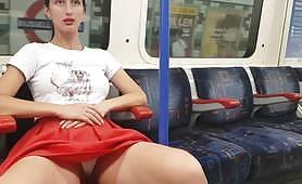 Публичная милфа под юбкой