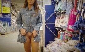 Sex brunett tonåring går runt i ett galleri blinkande hennes perfekta bröst
