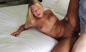 Eldre mann knuller blond tispe til hun ber ham om å stoppe
