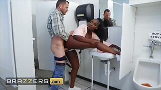 Osa Lovely w pełni wykorzystuje glory hole w publicznej toalecie